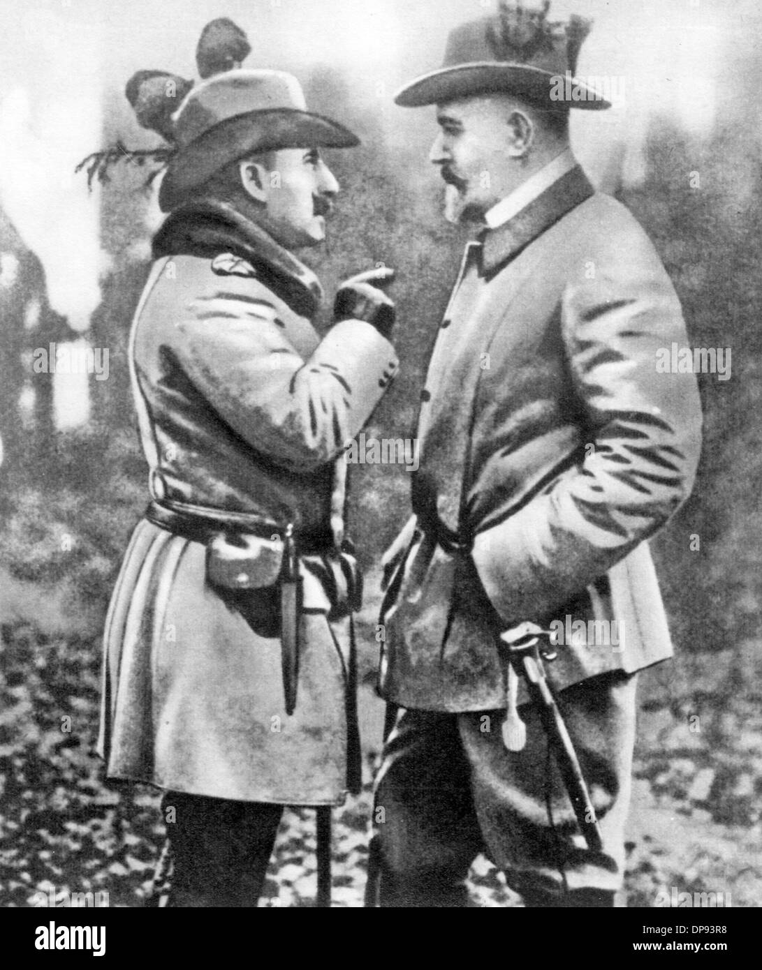 Theobald von Bethmann Hollweg (r), Chancellor of the German Empire from 1909 to 1917, talks to the German Emperor Stock Photo