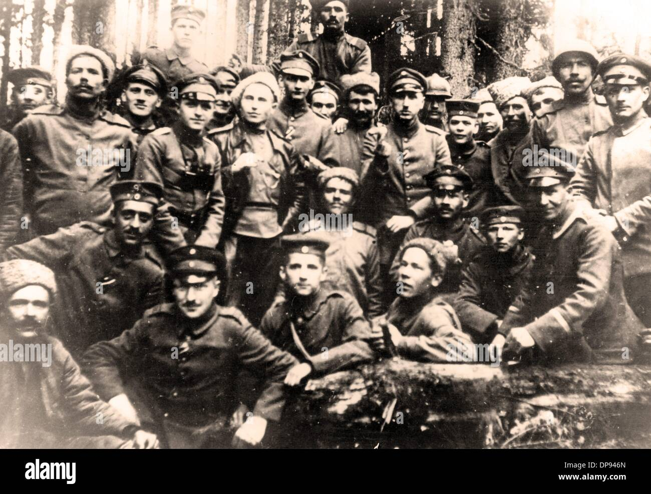 View of German and Russian soldiers after the ceasefire agreement of the Eastern Front was signed on 15 December 1917. The peace negotiations ended with the peace treaty of Brest-Litovsk from 3 March 1918 with the Soviet Russia withdrawing from the war. Photo: Berliner Verlag/Archiv - Stock Image