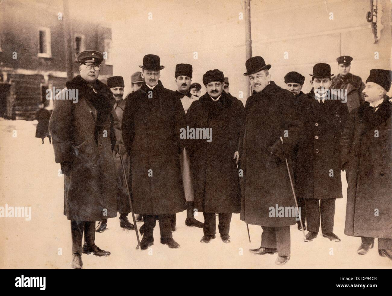 Members of the Central Powers during the peace negotiations of Brest-Litovsk with Soviet Russia and the Ukranian People's Republic: (l-r) German general Max Hoffmann, foreign minister of Austro-Hungary Count Ottokar von Czernin, Grand Vizier of the Ottoman Empire Talaat Pasha and the State Secretary of the State Department of th German Empire Richard von Kühlmann. Date unknown. During the peace negotiations, an exclusive protectorate treaty of the Central Powers with the Ukranian People's Republic was signed on 9 February 1918. The negotiations ended with the signing of the peace treaty of Br - Stock Image