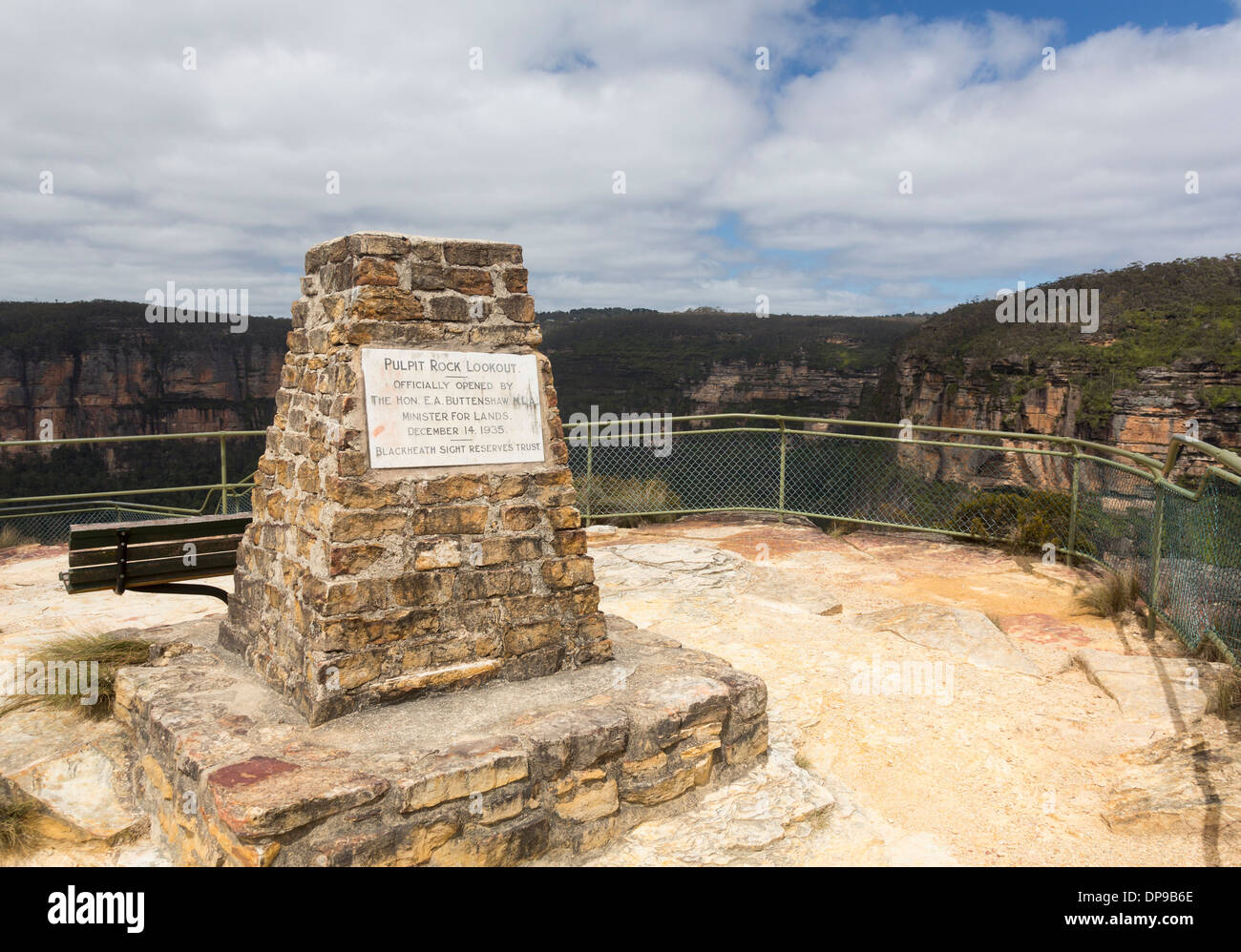 Pulpit Rock Lookout viewpoint overlooking the Grose Valley, Blue Mountains National Park, New South Wales, Australiaa - Stock Image