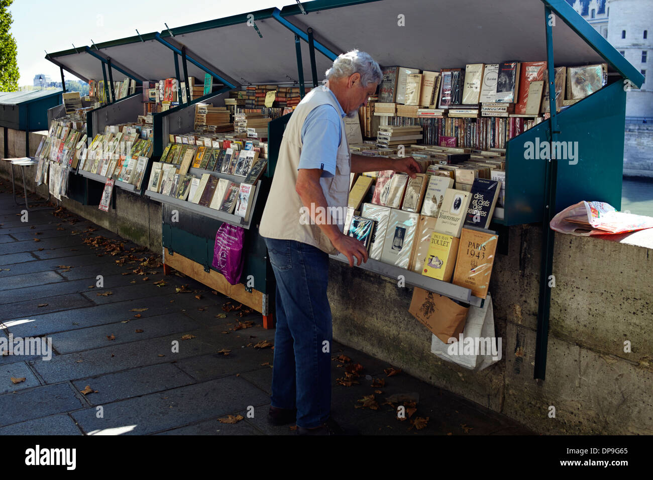 Bookseller on bank of river Seine, Paris - Stock Image
