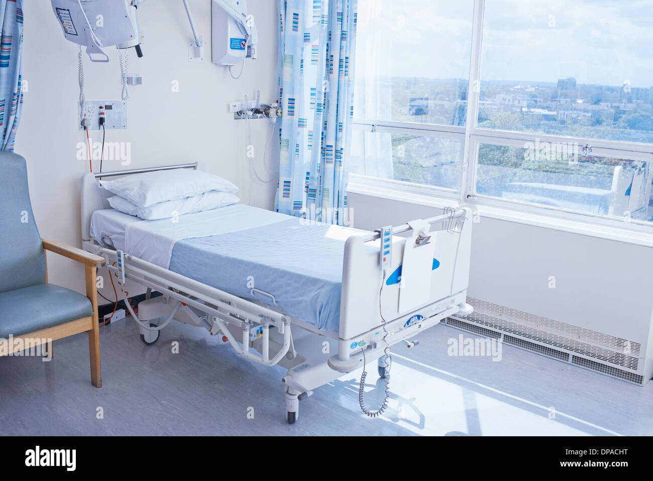 Empty hospital bed on hospital ward - Stock Image