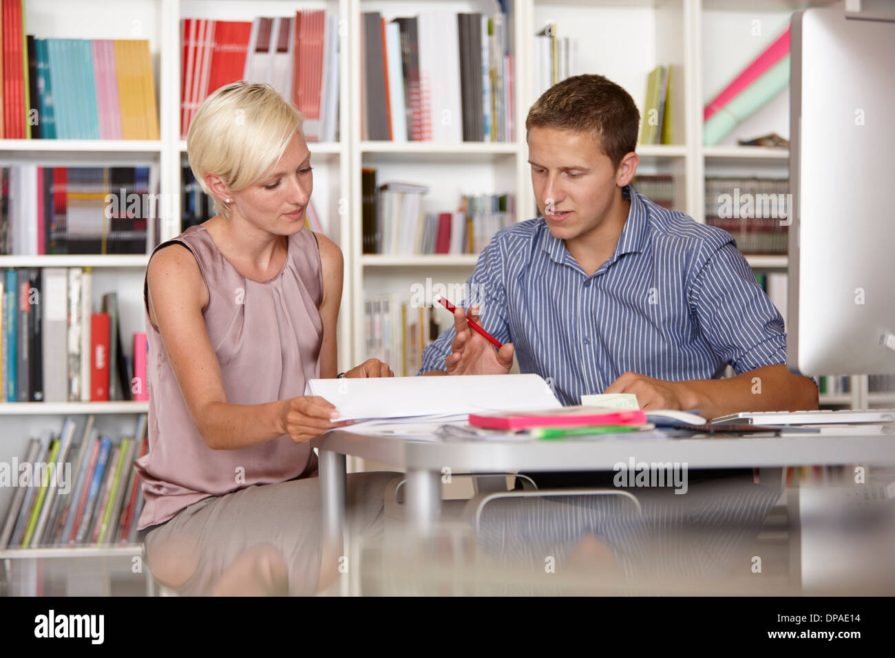 Two colleagues in discussion - Stock Image