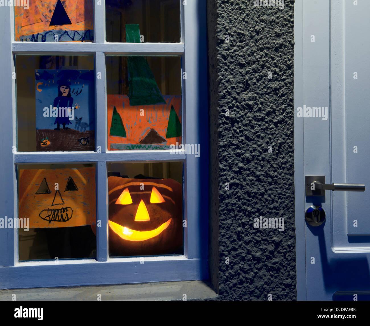 House window with halloween display - Stock Image