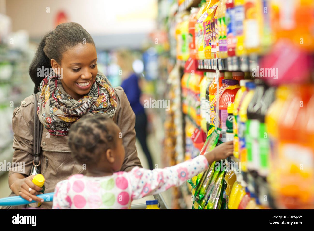 Female shopper and daughter in supermarket - Stock Image