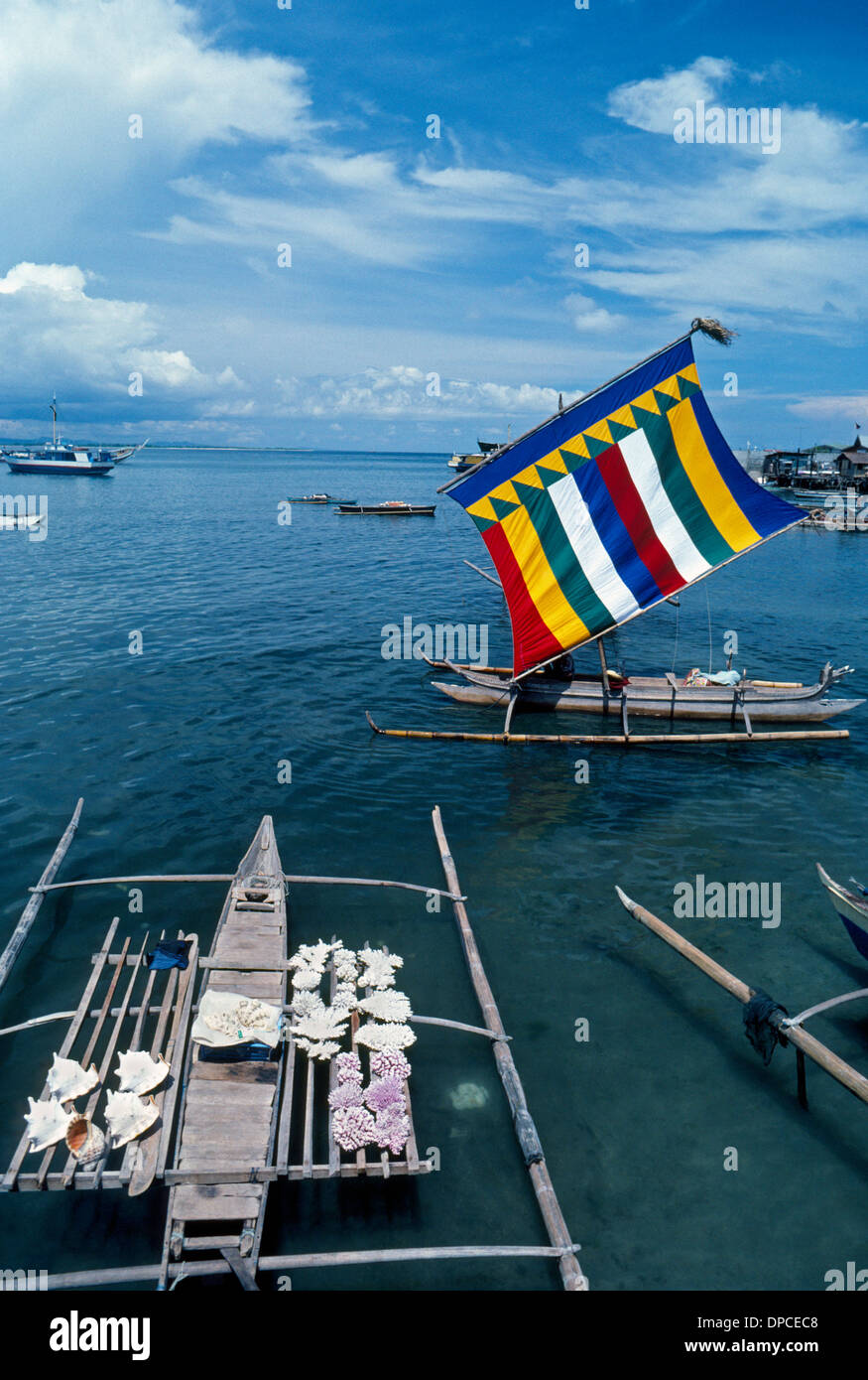 Colorful sails distinguish traditional Muslim outrigger boats, called vintas, in the southern Sulu Sea area of the Philippines in Southeast Asia. - Stock Image