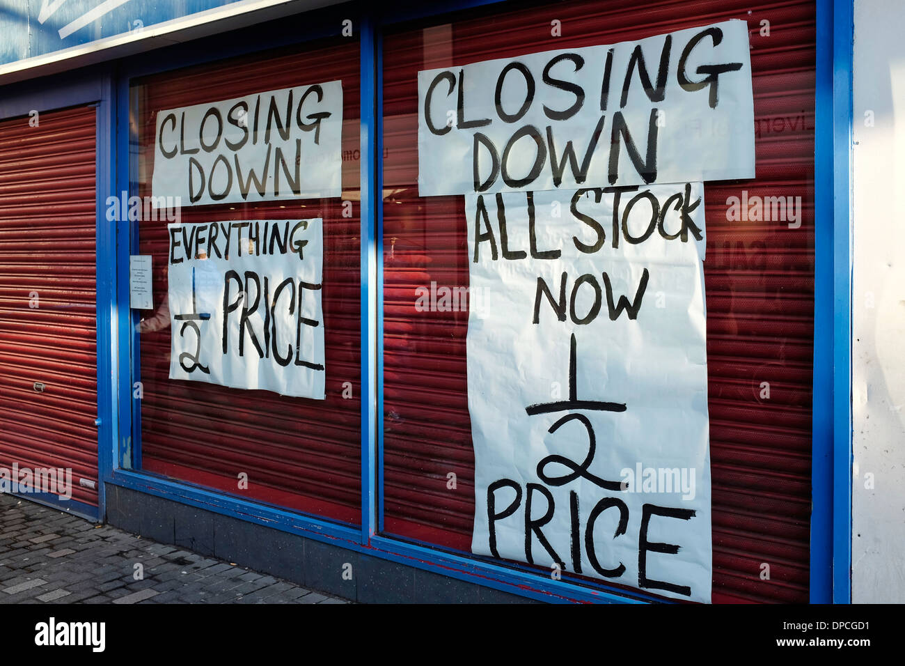 Closing down signs in the window of a closed shop - Stock Image