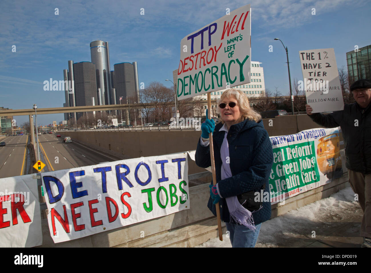 Detroit, Michigan, USA. Auto workers picket the North American International Auto Show to protest the loss of auto jobs, two-tier wage scales, and the proposed Trans Pacific Partnership trade agreement. Credit:  Jim West/Alamy Live News - Stock Image