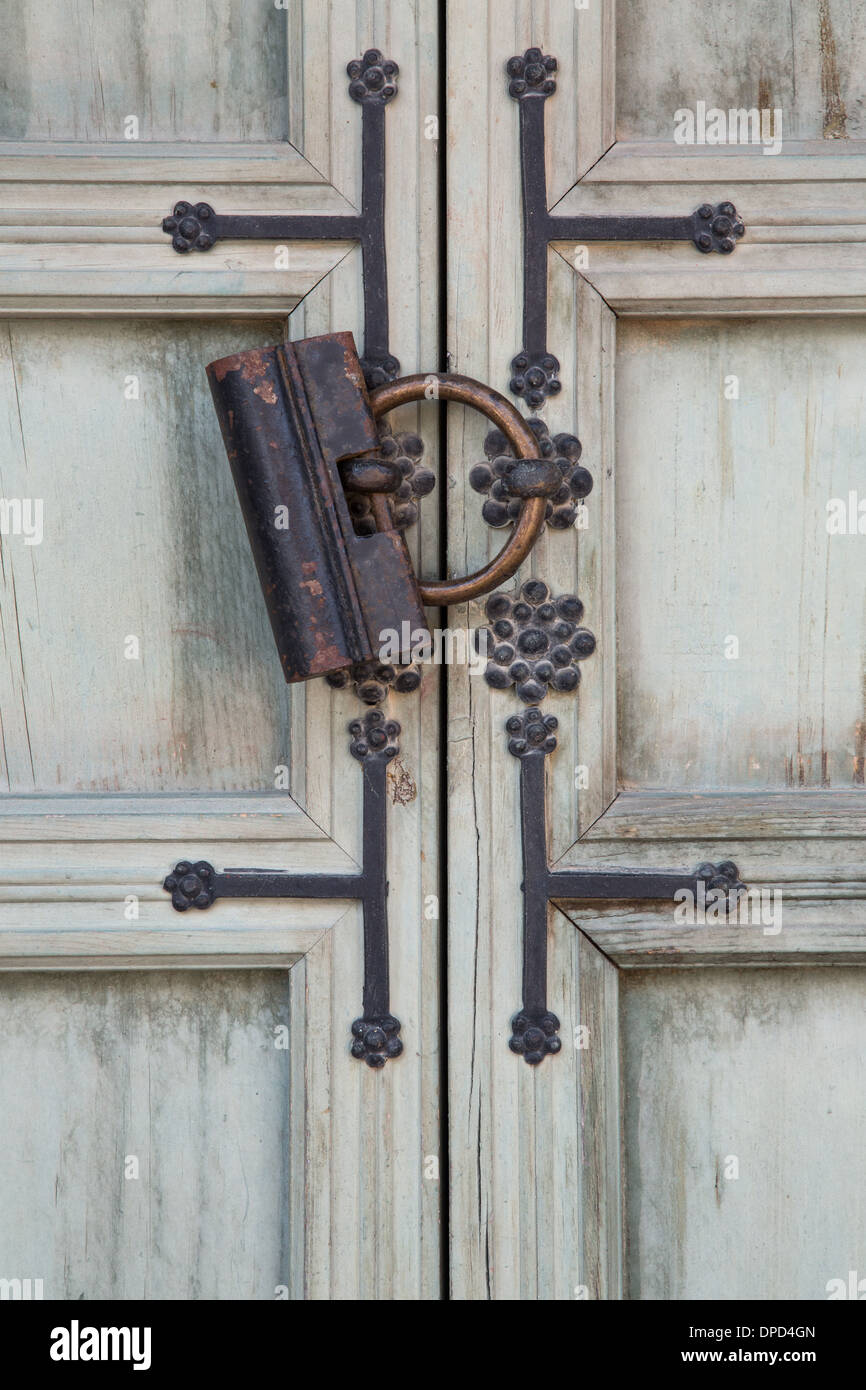An antique lock on an old weathered door - Stock Image : door clasp - pezcame.com