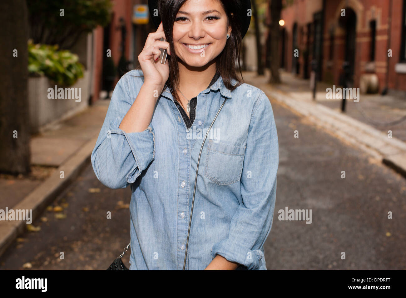 Woman talking on cellular phone - Stock Image