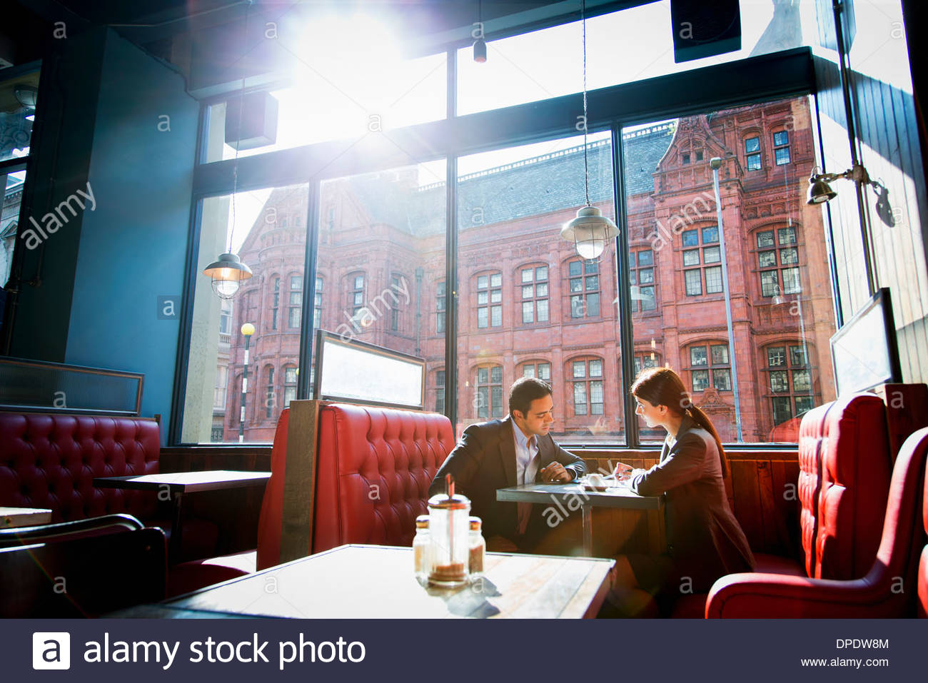 Couple sitting in restaurant booth - Stock Image