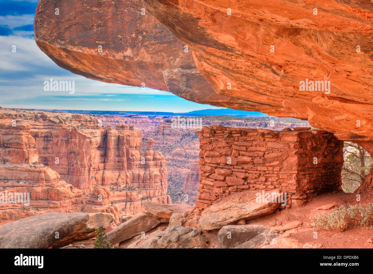 Ancestral Puebloan ruin protected by rock overhang Utah Proposed BLM Wilderness Basketmaker Culture cliff dwellings - Stock Image