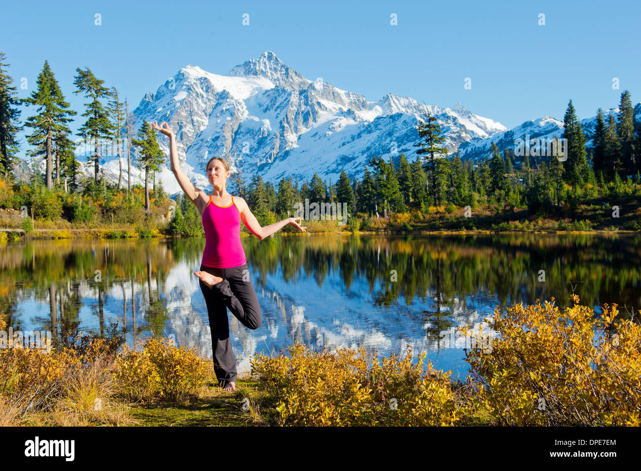 Woman doing yoga in mountain scene, Bellingham, Washington, USA - Stock Image