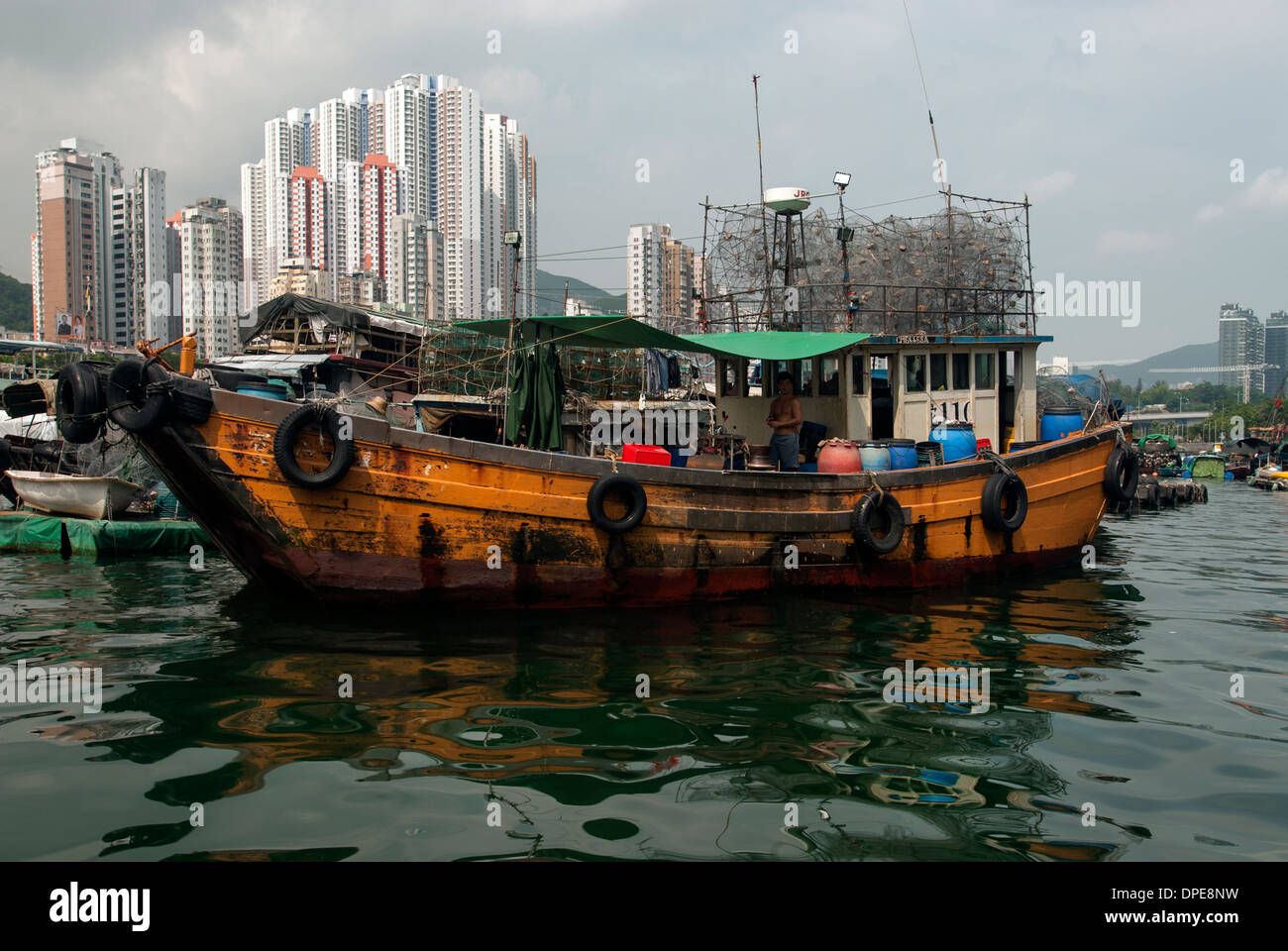 Junk sitting in the harbour of Aberdeen, Hong Kong China - Stock Image