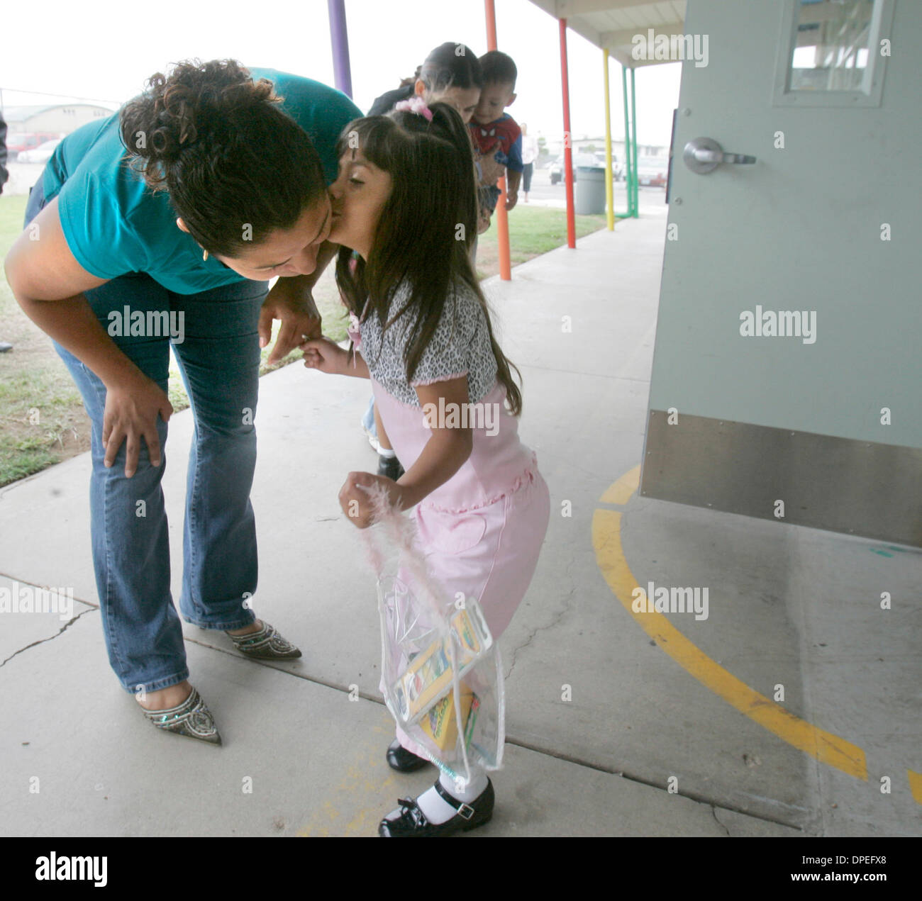 (PUBLISHED 9/8/2006, B-1) September 7, 2006, Imperial Beach, California, USA_Imperial Beach Elementary School student MAYOLA MONTES, age 4, kisses her mother MARIA MONTES goodbye before heading into the pre-kindergarten classroom.  Six communities in the county are sharing 0 million over the next five years to increase the number of four-year-olds in preschool, targeting low-income - Stock Image