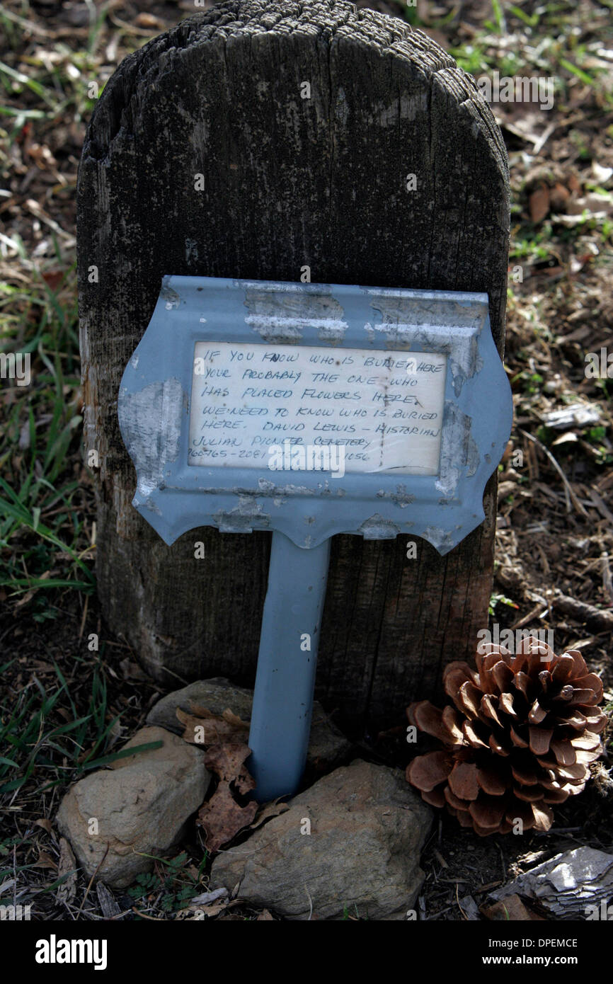 (Published 2/9/2006, NC-1, NI-1)  LE_juliancem252059x004_2-2-2006_Julian, CA._A hand-written note from graveyard historian David Lewis stands next to a wooden marker and solicits information on who is buried under a wooden marker in the Haven of Rest Pioneer Cemetary in Julian._LAURA EMBRY/San Diego Union-Tribune - Stock Image
