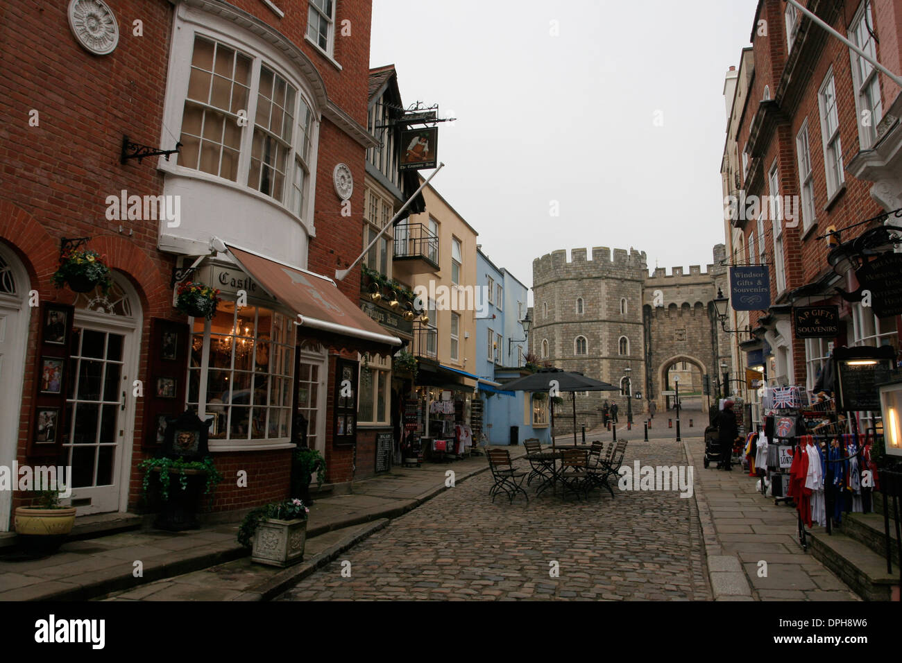 Street with shops leading to Windsor castle - Stock Image