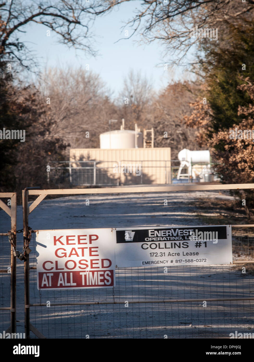 Azle, Texas, USA. 13th January 2014. A natural gas drilling site is closed to protect local residents, but with - Stock Image