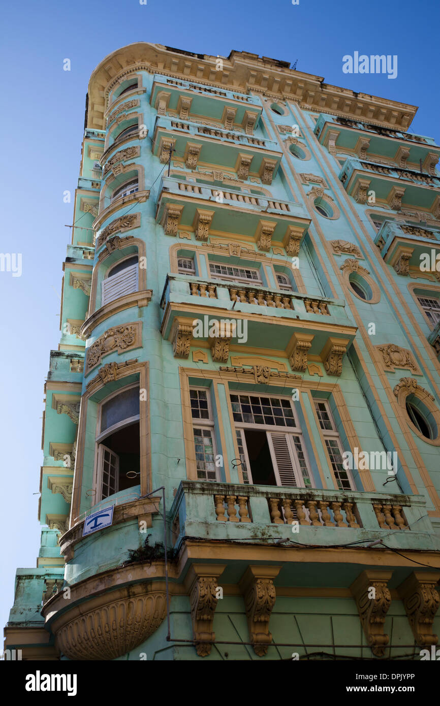 Buildings of Old Havana (La Habana Vieja) built in baroque and neoclassic style. Many have fallen in to disrepair and ruin. - Stock Image