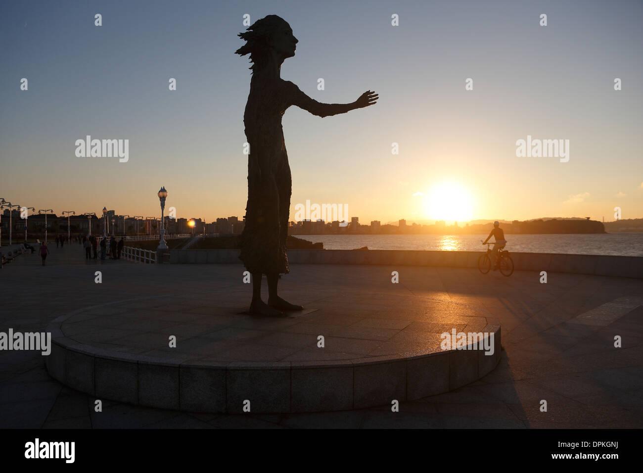 Monument to Migrant mother, Gijón. Sculpture Ramón Muriedas - Stock Image