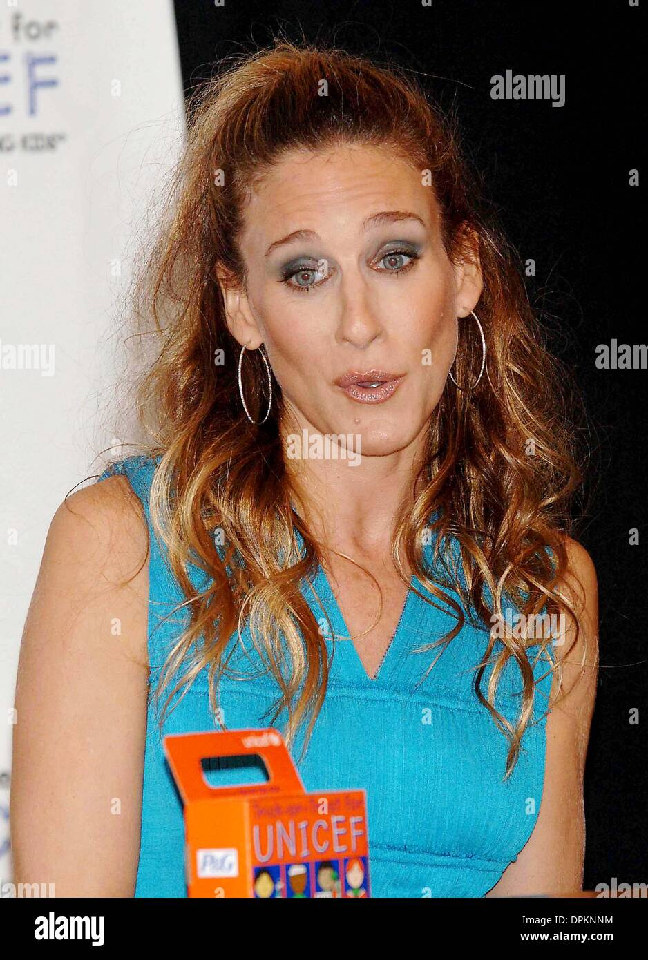 oct 25 2006 new york new york usa sarah jessica parker promotes unicef halloween boxes at un headquarters in nyc on october 25 2006