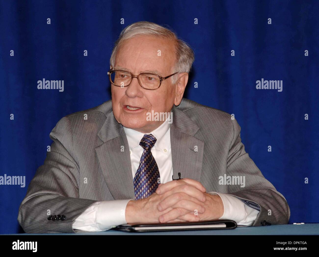 June 26, 2006 - New York, New York, USA - Warren Buffet has pledged 10 million   class B shares of Berkshire Hathaway Corp. to the Bill and Melinda Gates Foundation. (Valued at approx. 1B)  The press conference  took place at the Sheraton Hotel in Manhattan  on June 26, 2006..K48437AR. ANDREA RENAULT-   WARREN BUFFETT(Credit Image: © Globe Photos/ZUMAPRESS.com) - Stock Image