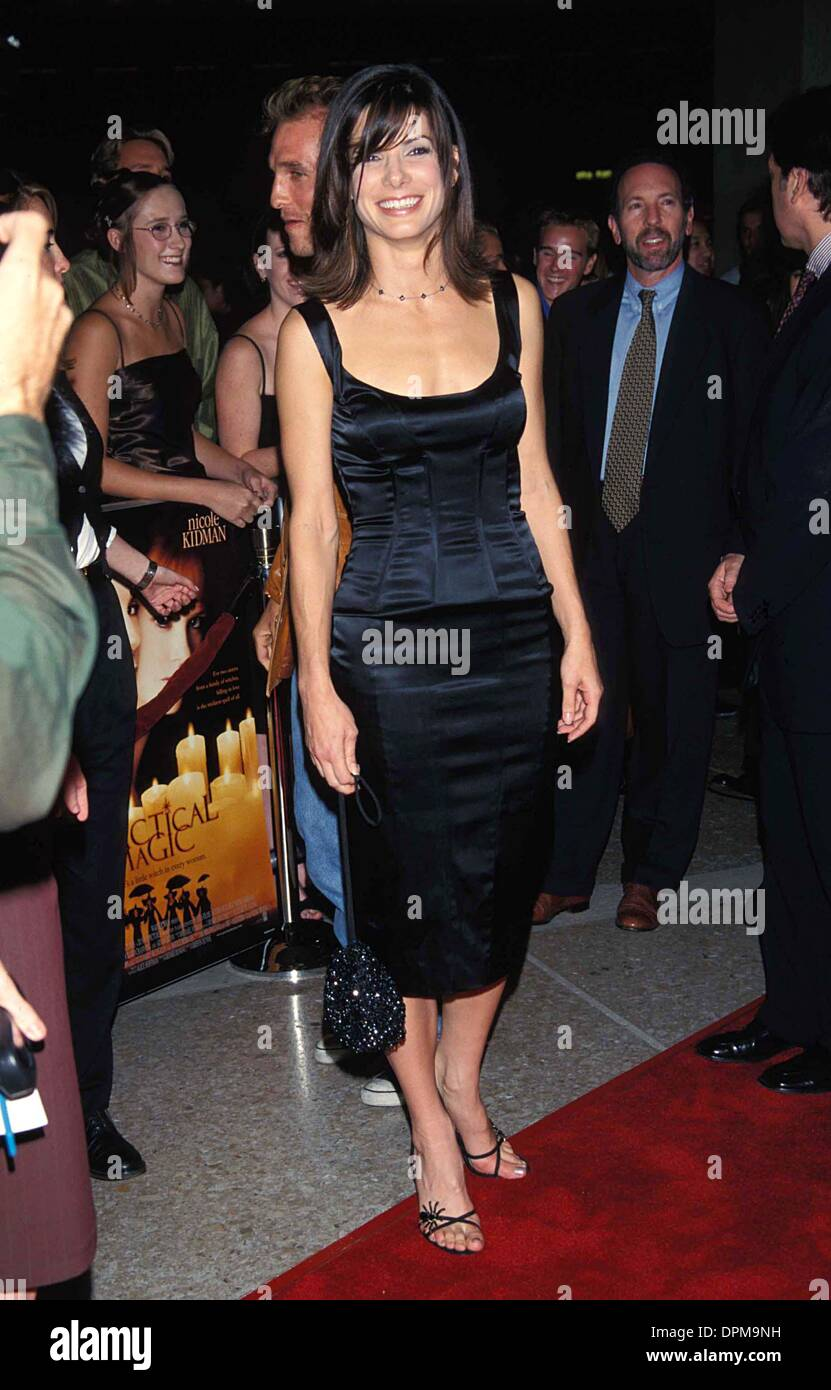June 29, 2006 - SANDRA BULLOCK 10-13-1998.K13653FB.''PRACTICAL MAGIC'' PREMIERE IN LOS ANGELES. FITZROY BARRETT-(Credit Image: © Globe Photos/ZUMAPRESS.com) - Stock Image