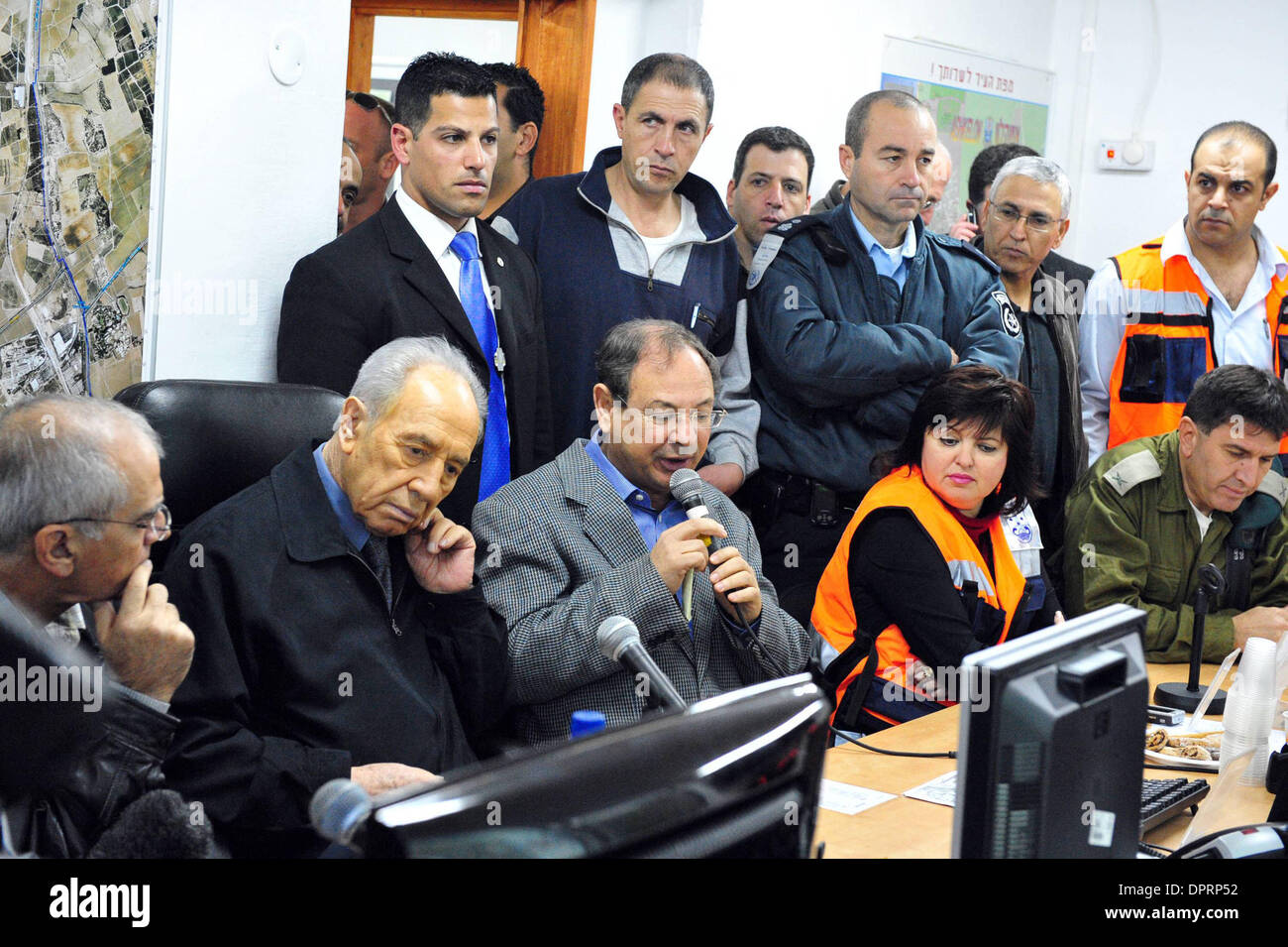 Dec 30, 2008 - Ashkelon, Israel - President SHIMON PERES is taking part in a meeting to evaluate the situation of the war in southern Israel in Ashkelon on Wednesday December 31, 2008. Peres arrived this morning in Ashkelon in order to demonstrate solidarity with the residents of the city. President Peres visited children seeking refuge in a municipal bomb shelter, visited victims  - Stock Image