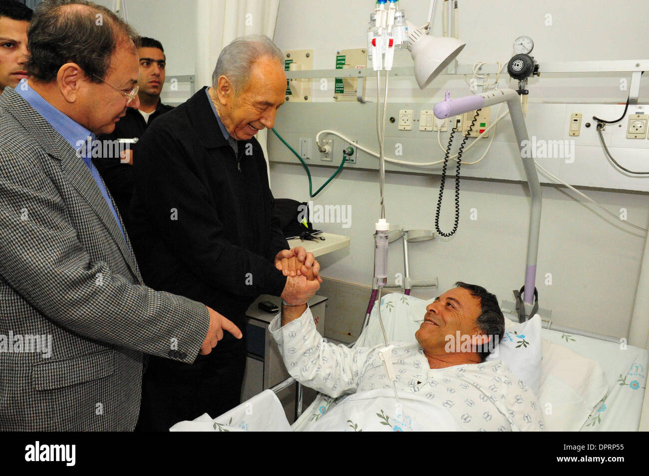 Dec 30, 2008 - Ashkelon, Israel - President SHIMON PERES is visiting victims of rocket attacks in Barzilai hospital in Ashkelon on Wednesday December 31, 2008. Peres arrived this morning in Ashkelon in order to demonstrate solidarity with the residents of the city. President Peres visited children seeking refuge in a municipal bomb shelter, visited victims of Qassam and Grad rocket - Stock Image