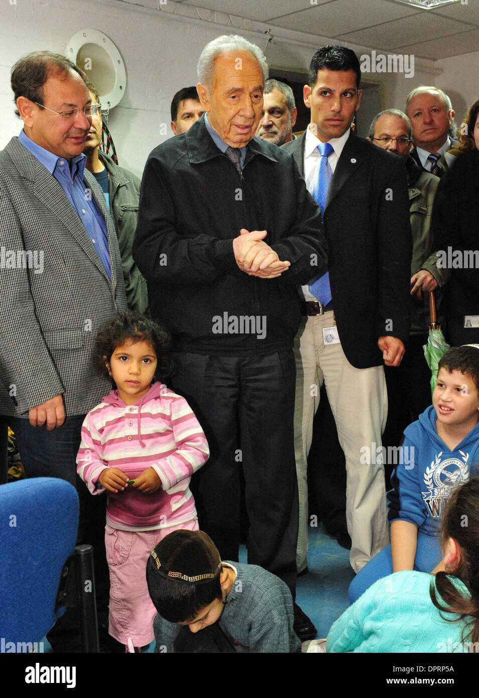 Dec 30, 2008 - Ashkelon, Israel - President SHIMON PERES is visiting children hiding in a bomb shelter from rocket attacks in Ashkelon on Wednesday December 31, 2008. Peres arrived this morning in Ashkelon in order to demonstrate solidarity with the residents of the city. President Peres visited children seeking refuge in a municipal bomb shelter, visited victims of Qassam and Grad - Stock Image