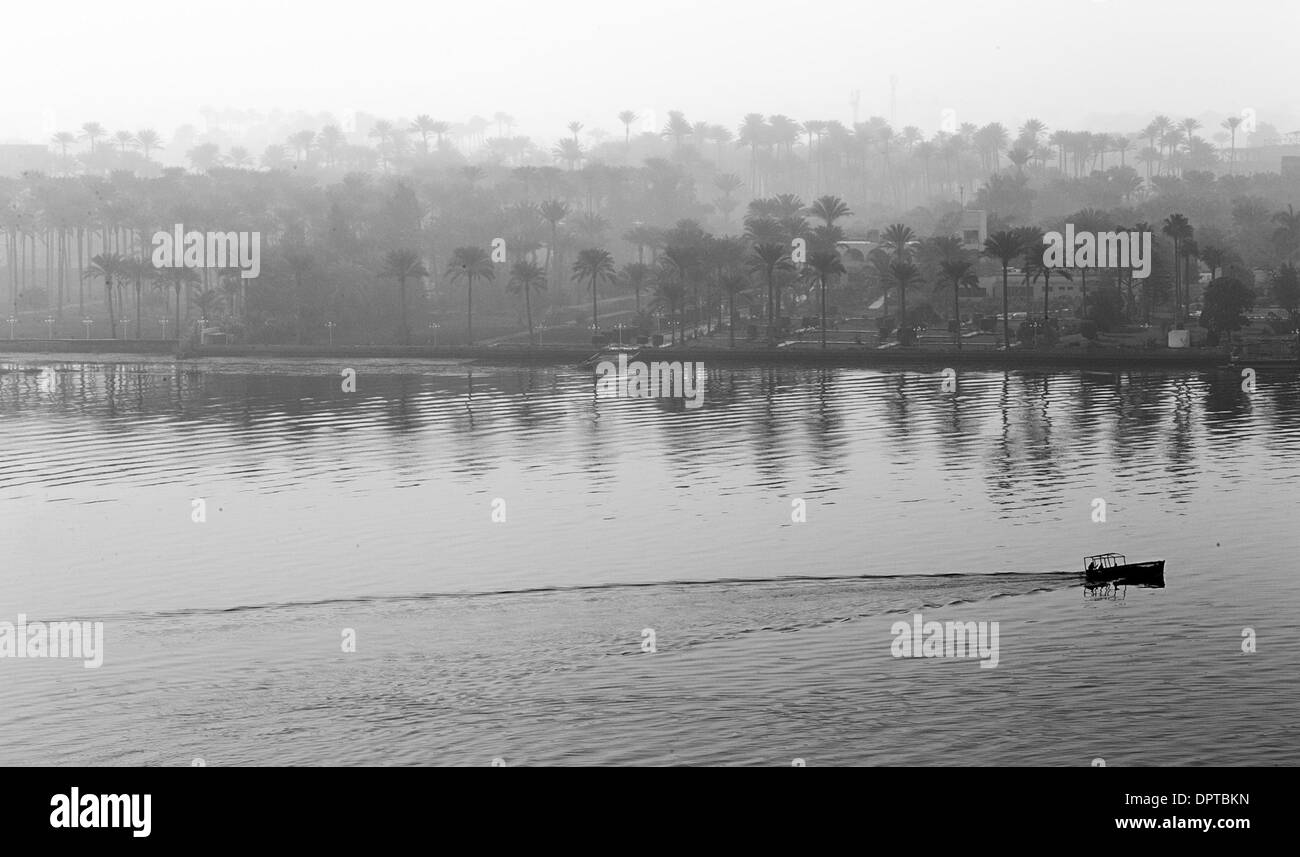 Cairo. 16th Jan, 2014. A boat floats on the River Nile enveloped by heavy fog in Cairo, Jan. 16, 2014. © Cui Xinyu/Xinhua/Alamy Live News - Stock Image