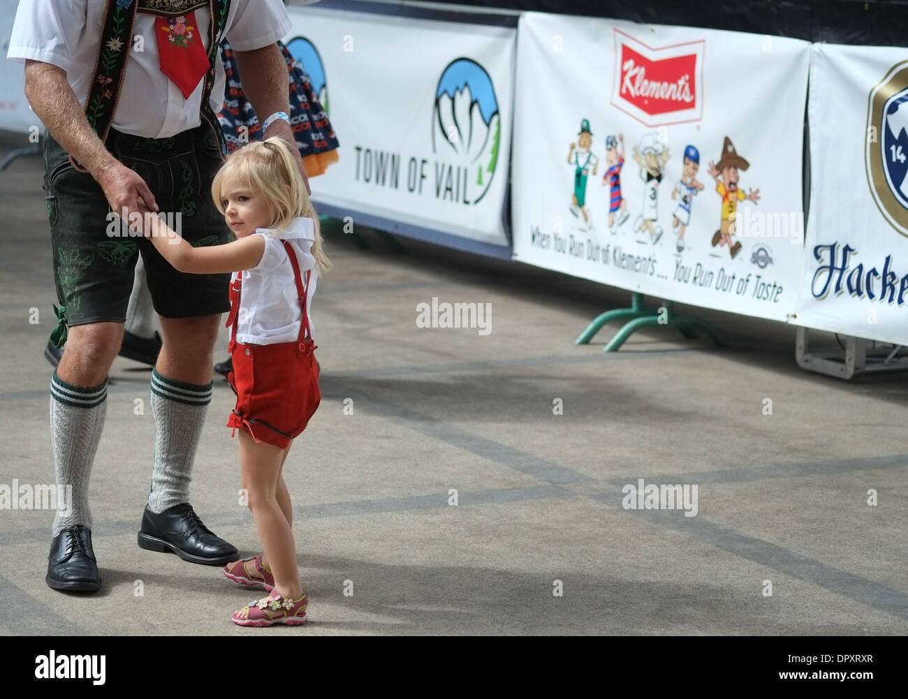 Girl dancing with man in lederhosen at Oktoberfest - Stock Image