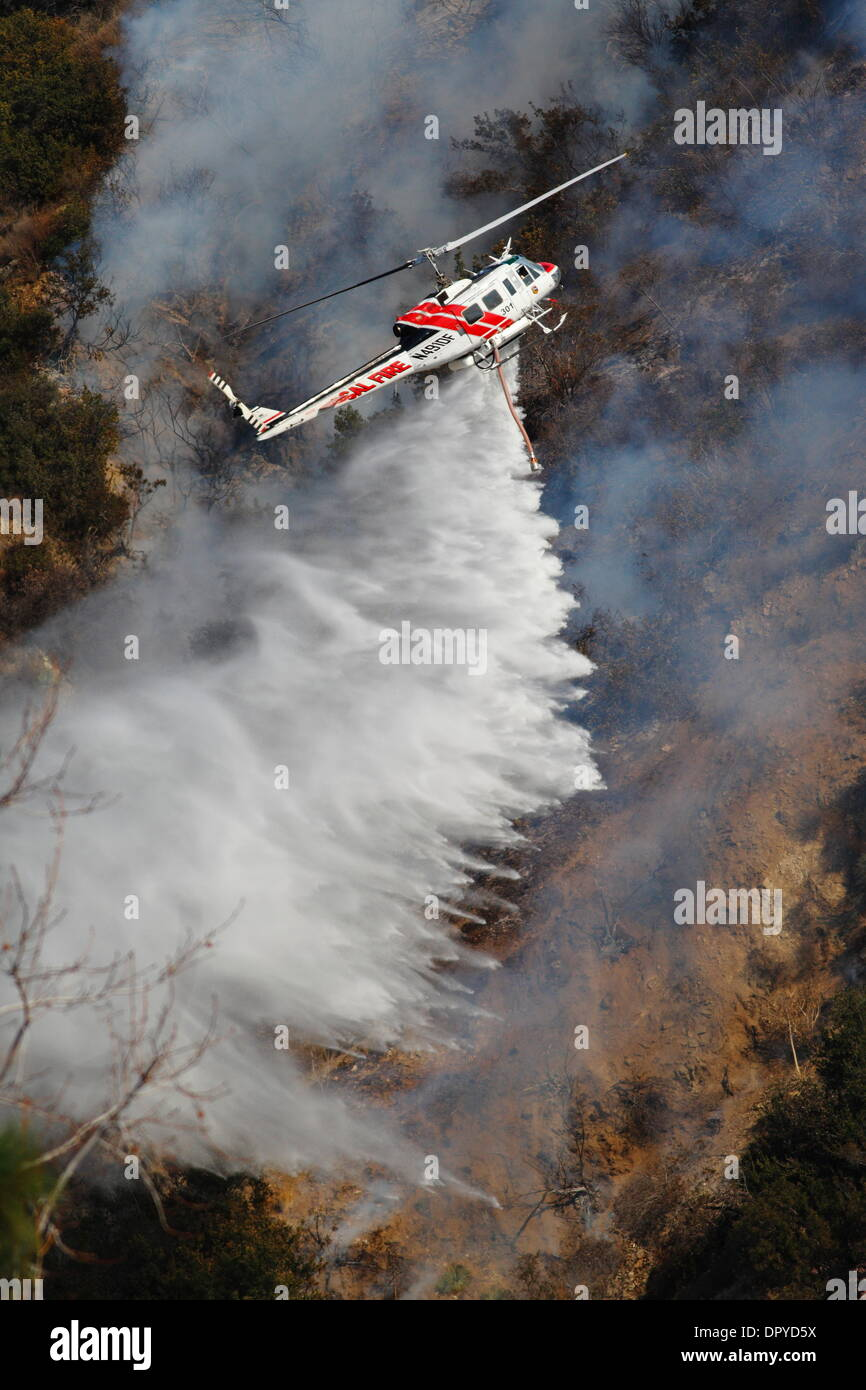 Glendora, California, USA. 16th January 2014. A large wildfire burns out of control in the hills above Glendora. Firefighters, helicopters and aircraft from many jurisdictions work to control the blaze. Credit:  Nicholas Burningham/Alamy Live News - Stock Image