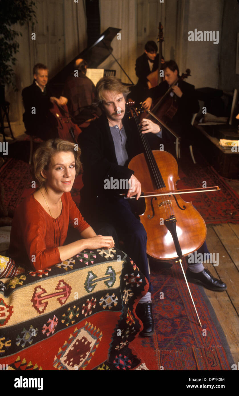 Alan Rickman British actor playing cello Juliet Stevenson British actress on film set of Truly Madly Deeply. 1991 HOMER SYKES - Stock Image