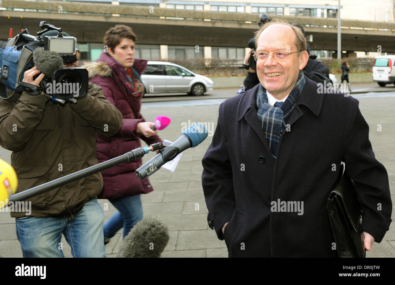 Hanover, Germany. 17th Jan, 2014. Lothar Hageboelling, former chief of the Lower Saxony Chancellery, walks to the regional court in Hanover, Germany, 17 January 2014. Hageboelling was invited as a witness in the corruption trial against Olaf Glaeseker. Photo: HOLGER HOLLEMANN/dpa/Alamy Live News - Stock Image