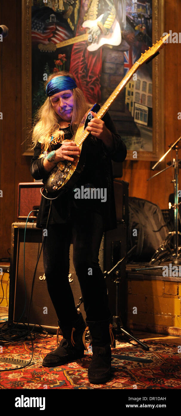 Isernhagen, Germany. 11th Jan, 2014. The guitarist Uli Jon Roth performes in the Blues Garage in Isernhagen, Germany, 11 January 2014. Photo: Holger Hollemann/dpa/Alamy Live News - Stock Image