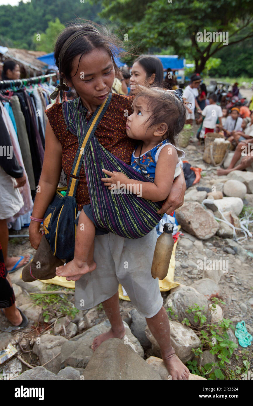 A Hanunoo Mangyan woman and her child shops at a Mangyan market near Mansalay, Oriental Mindoro, Philippines. - Stock Image