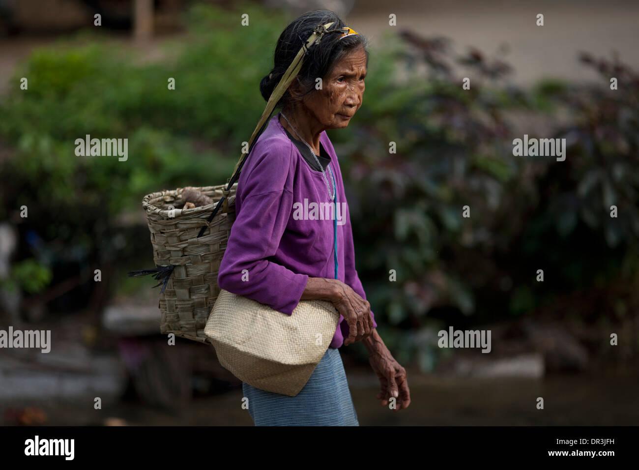A Hanunoo Mangyan woman walks to a Mangyan market near Mansalay, Oriental Mindoro, Philippines. - Stock Image