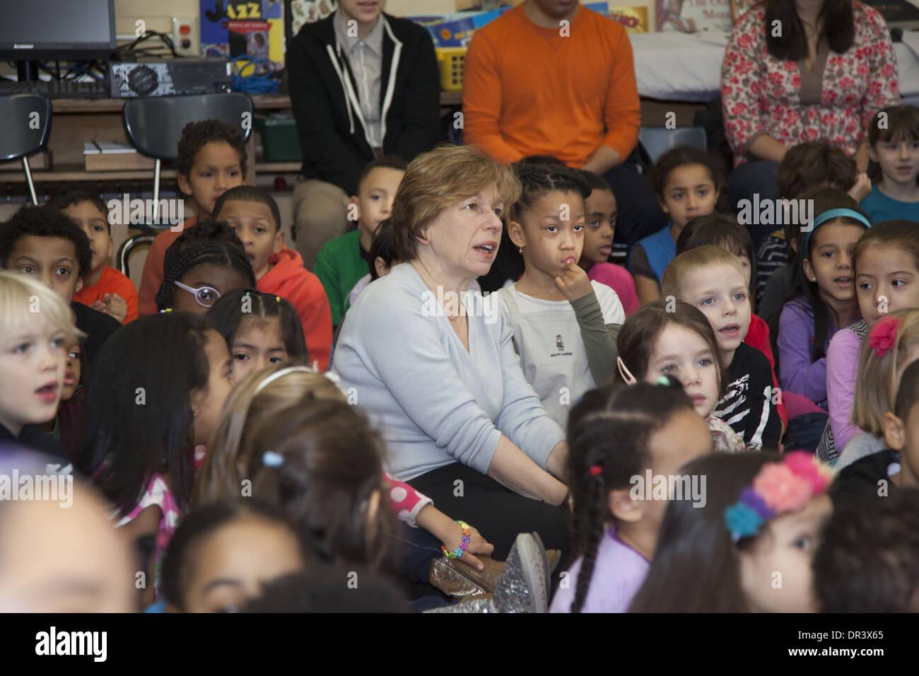 AFT president Randi Weingarten sings with elementary school children in Manhattan at the Castle Bridge School. - Stock Image
