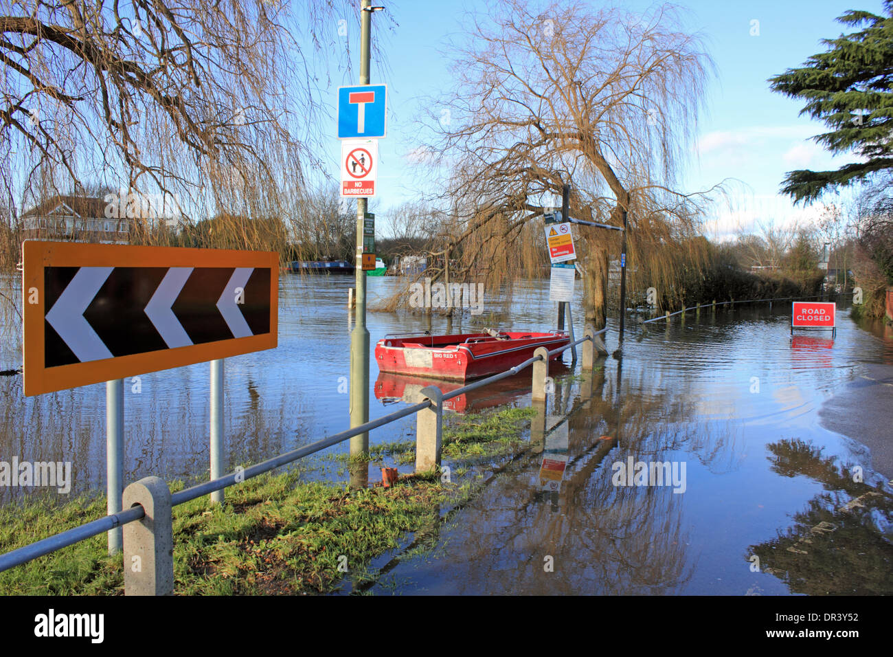 Ferry Lane Laleham, Surrey, England, UK. 19th January 2014. Ferry Lane Laleham is still closed due to flooding. Stock Photo