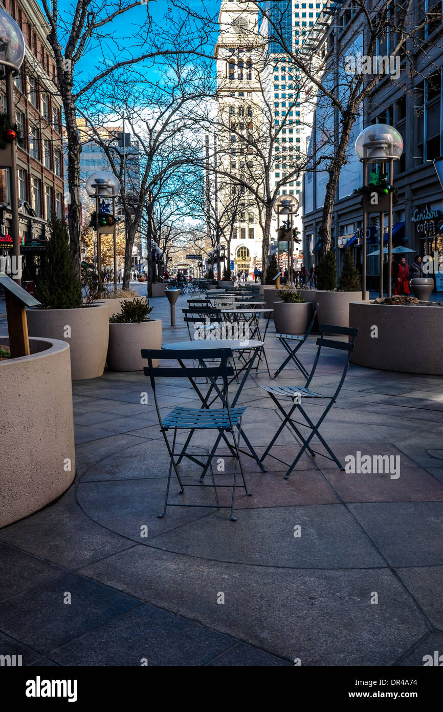 Tables and chairs on the 16th Street Pedestrian Mall Denver, Colorado. Daniels & Fisher tower is in the background. - Stock Image