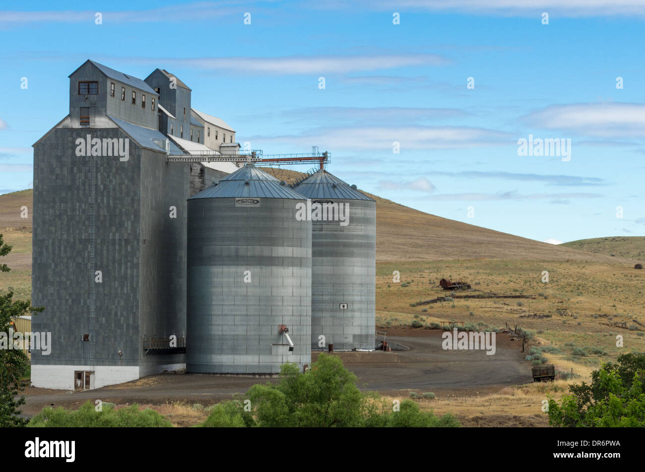 Grain storage silos and grain mill building. Dufur, Oregon, USA - Stock Image