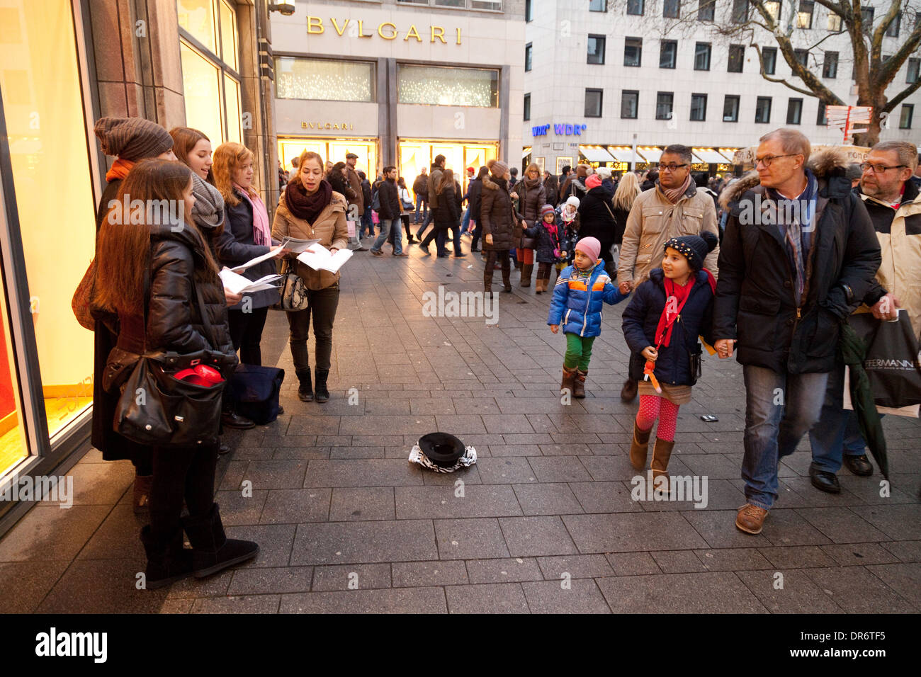 Street entertainers singing carols on the streets of Cologne ( Koln ), germany Europe - Stock Image