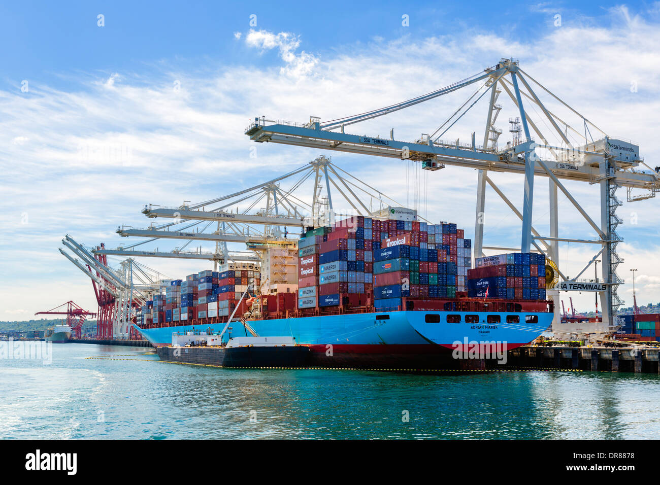 Container ship being unloaded in the Port of Seattle, Washington, USA - Stock Image