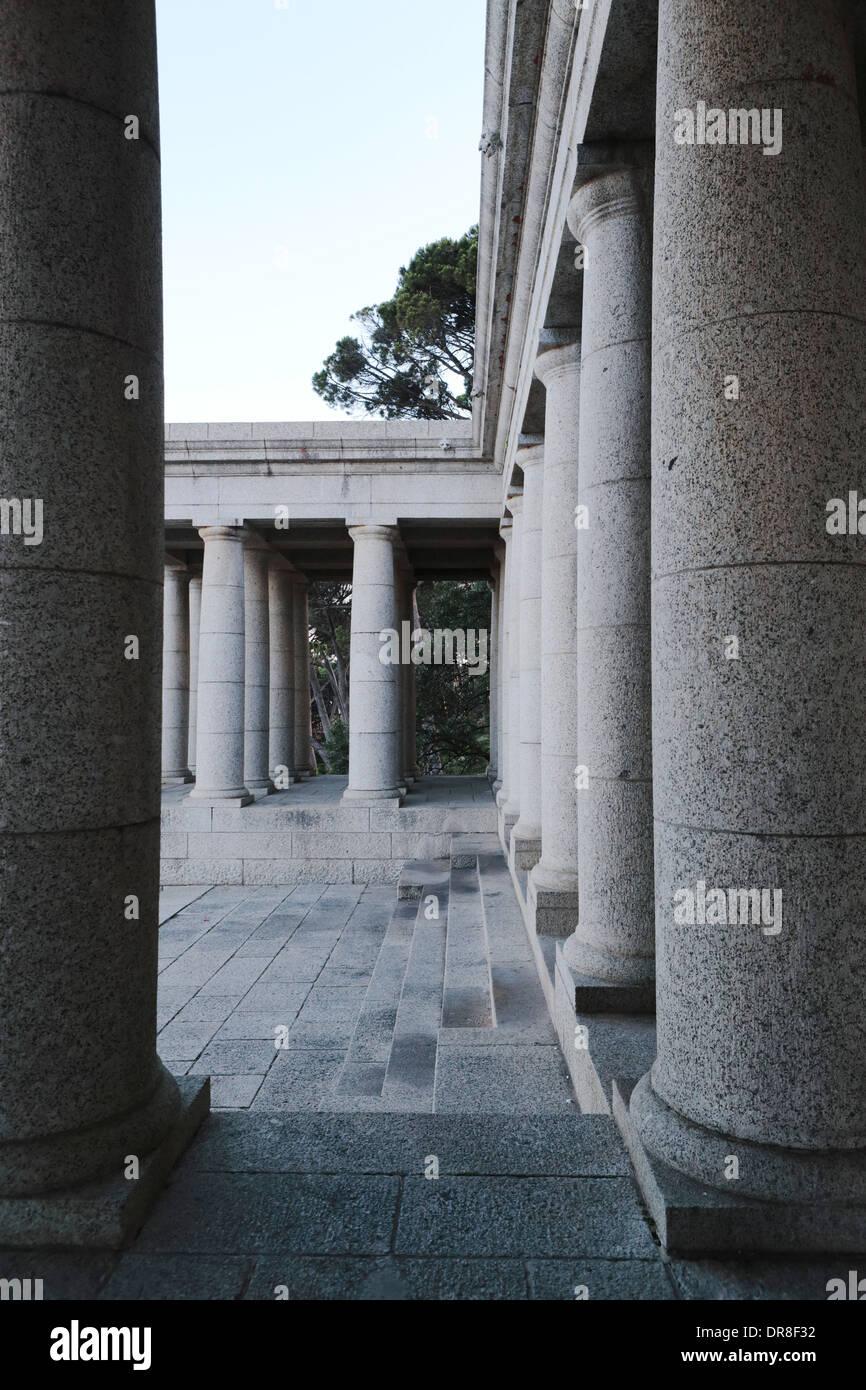 Granite pillars of Rhodes Memorial on the slopes of Devil's Peak, Cape Town - Stock Image