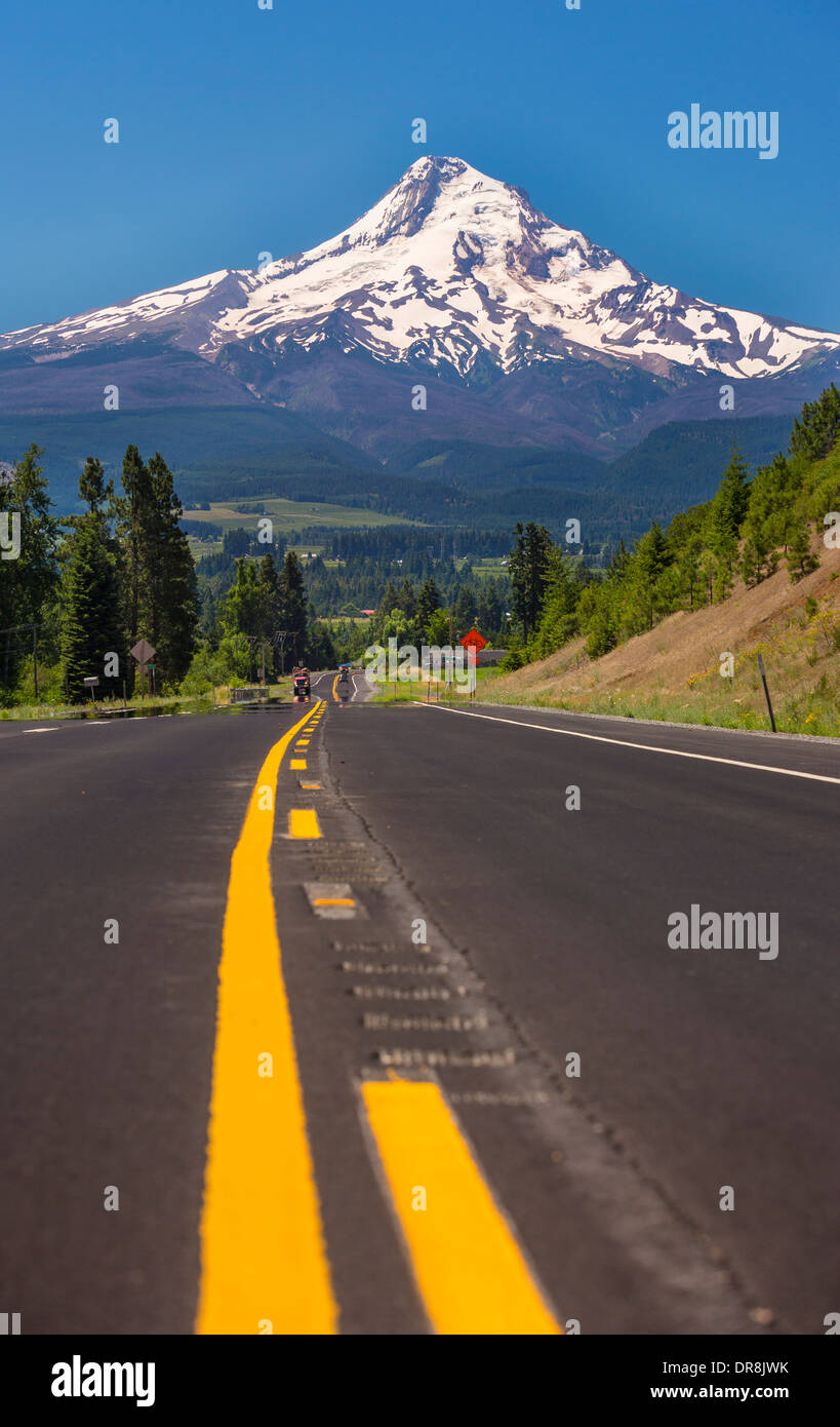 HOOD RIVER, OREGON, USA - Route 35 and Mount Hood, a 11,240 foot volcano in the Cascades Range. - Stock Image