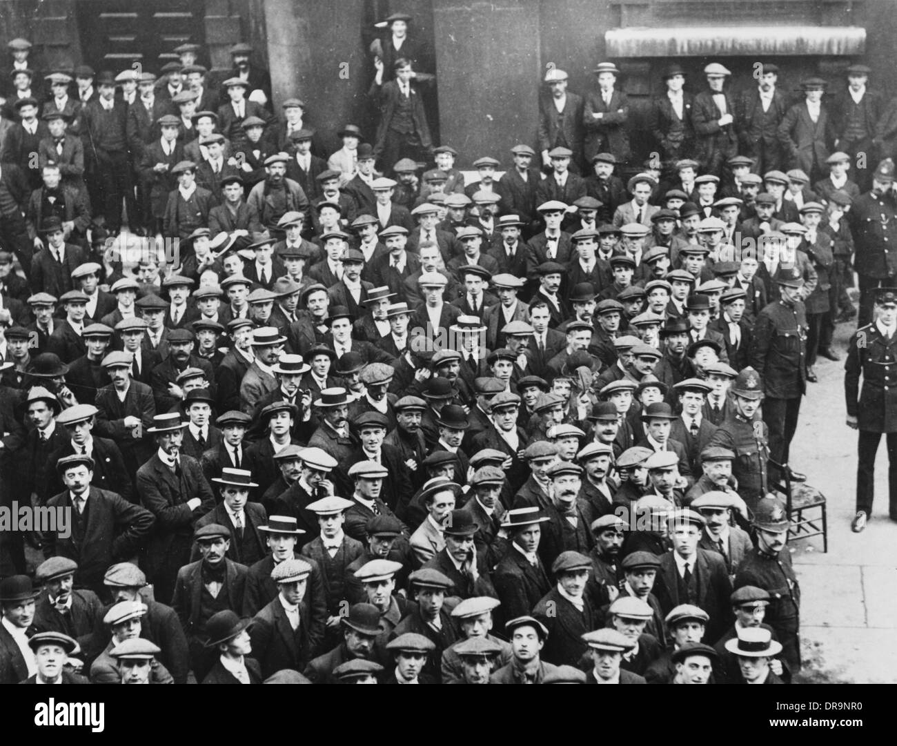 British Army recruits waiting for pay, 1914 - Stock Image