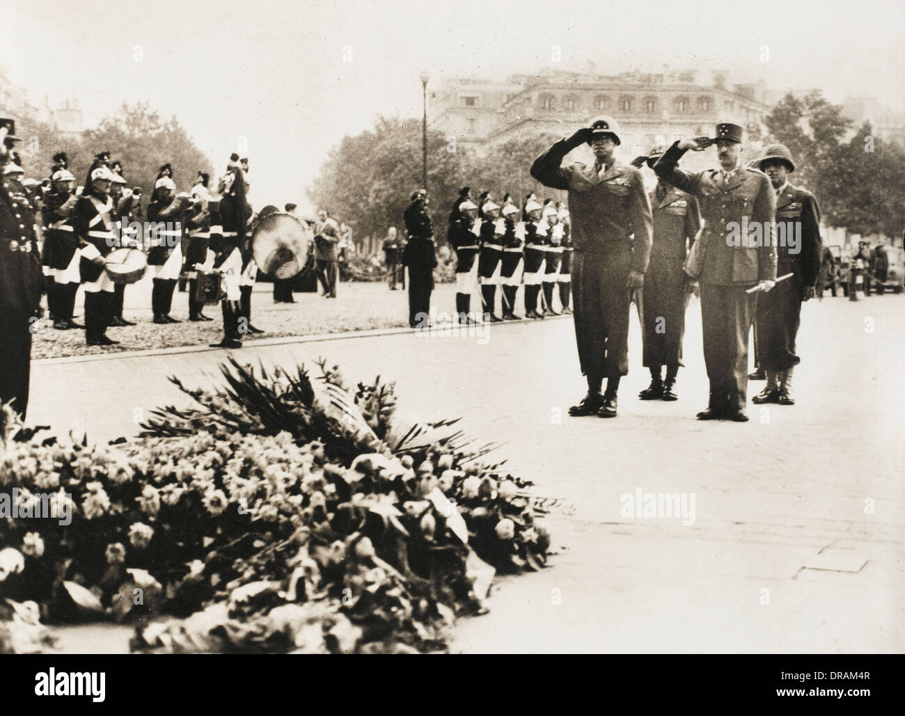 General Bradley and General Koenig at the Unknown Soldier's Tomb. From a collection of postcard-sized photographs issued to celebrate the Liberation of Paris between 19th and 26th August, 1944.  1944 - Stock Image