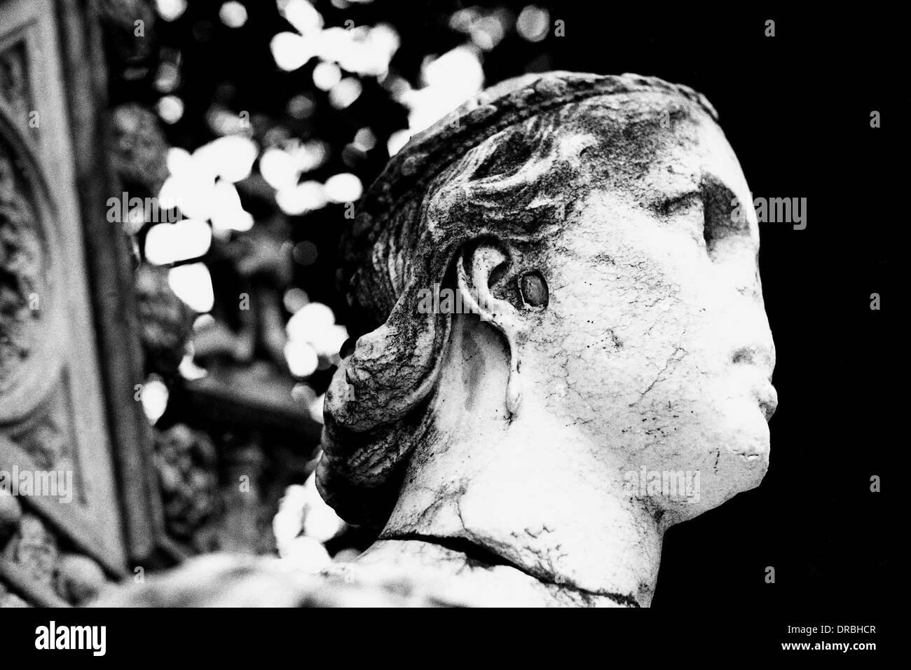 Broken nose of British royalty statue, Byculla Zoo, Mumbai, Maharashtra, India, 1976 - Stock Image