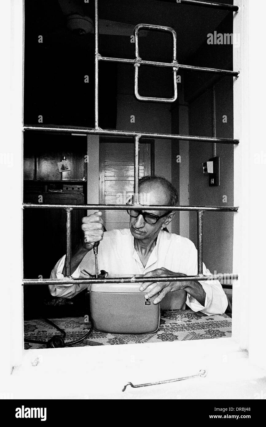 PSI President Limaye repairing toaster, Pune, Maharashtra, India, 1984 - Stock Image